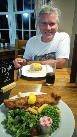Glenmoriston, UK: Dining at clunie inn with vegetarian haggis