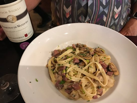 La Fufi - Caffe Milano: Pasta special: cheese sauce with bacon and mushrooms