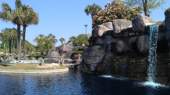Garden City Beach, Carolina del Sur: Putt through the climbing courses, around the water and in the cave.