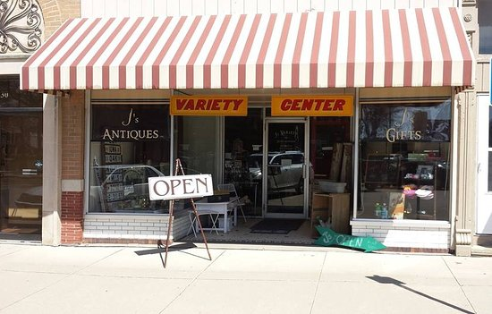 Greenfield, ไอโอวา: J's Antiques Variety Center - on the north side of the square