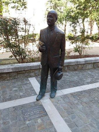 Statua Di Italo Svevo Con Targa E Scritta Frase Del Libro La