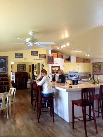 3 Horse Ranch Vineyards: Amy and Leslie: Good Time!