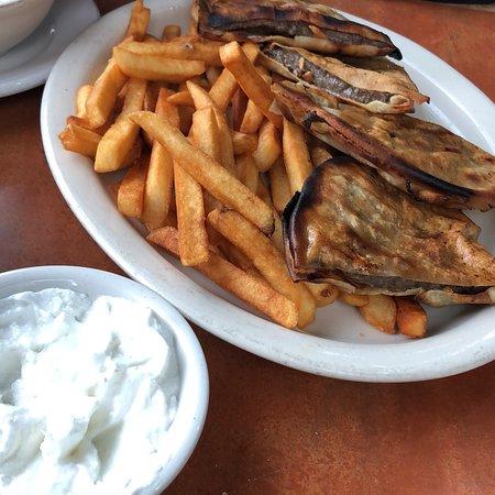 Oak Park, ميتشجان: Really good food, huge portions, awesome staff, really nice people! You can feel the Lebanese ho