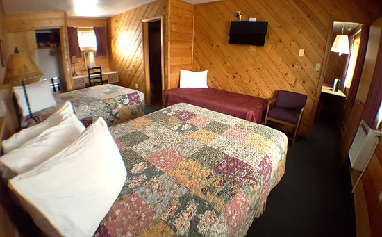 Black Bear Lodge of Grand Lake: Room 28 with two Queens and one Twin bed