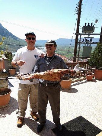Konitsa, กรีซ: Με τον εξαιρετικό φίλο Γιάννη δίνοντας προτεραιότητα στο πασχαλινό τραπέζι.