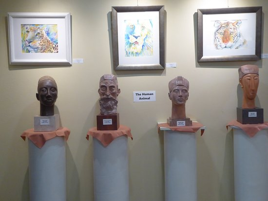 Brooksville, FL: Sculpture and Art is combined within the art gallery