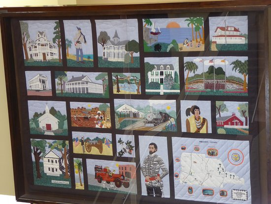 Brooksville, FL: At the top of the stairs is an array of various paintings