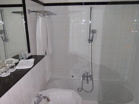Paleis Hotel: Nice size bathroom