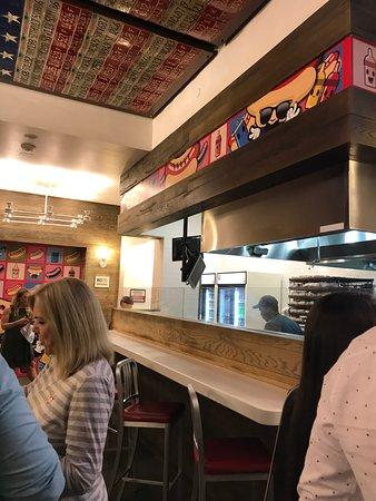Haute Doggery: 店内の様子。右手に見える店員がその奥にあるたくさんのパンから作ってくれます。