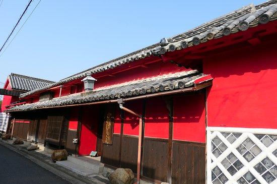 Higashikagawa, Japan: 近所のかめびし屋。赤が目立つ素敵な屋敷で創業260年の【おしょう油屋】さんです。