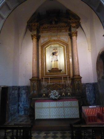 Igreja E Mosteiro Da Santa Cruz: Ein Nebenaltar In Der Kirche Santa Cruz.