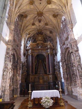 Igreja E Mosteiro Da Santa Cruz: Der Altarraum Der Kirche Santa Cruz.