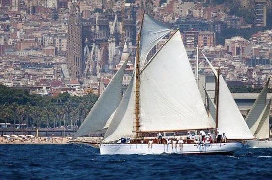 Classic yacht tour in Barcelona