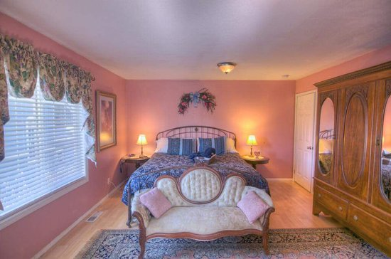 Yelm, WA: Parrish Suite, recently changed to cream walls with same decor. Private bath with oversized Jacu