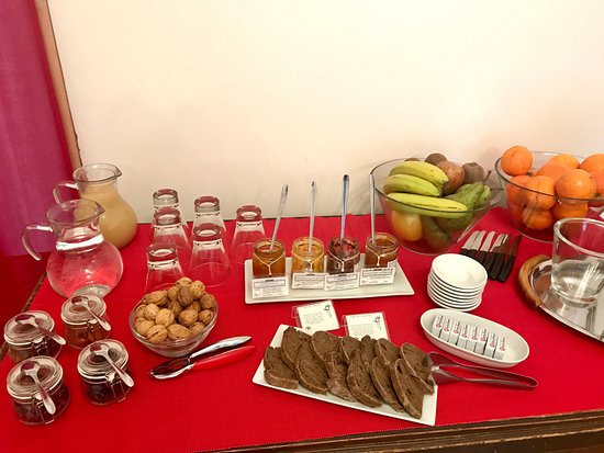 Province de Lecce, Italie : Breakfas variety of jams and fruits
