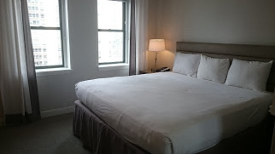 Hotel Indigo Chicago Downtown Gold Coast: シンプルな客室です