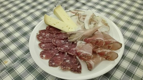 Vigo di Cadore, Italie : antipasto di salumi e formaggi locali