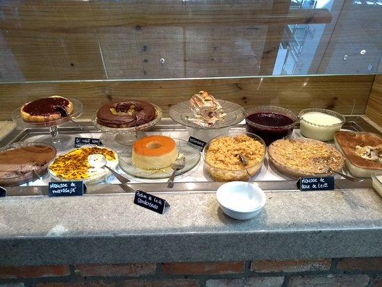 Mesa de doces... Pudim, sagu, mousse e cheesecake ótimos..