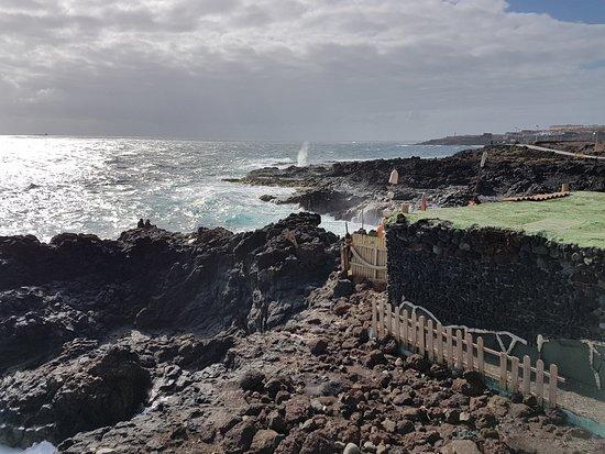Mirador Paseo de la Playa de La Garita: Foto sacada desde el mirador y donde al fondo se ve el bufadero de La Garita.