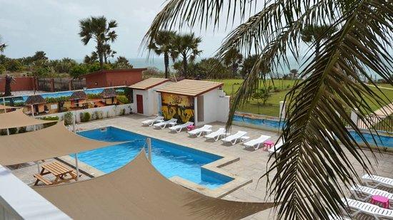 Brufut, Gambia: zicht op zwembad en tuin