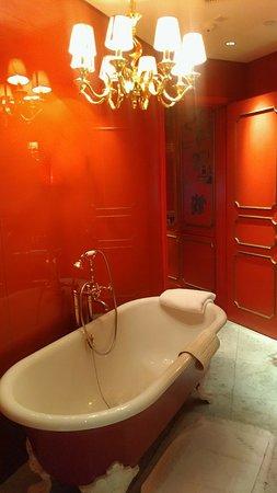 Hullett House: Shek O corner room bathroom (with balcony)