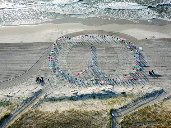 Sea Isle City, Nueva Jersey: Pose for Peace where we create a peace sign and share our yoga for charity.