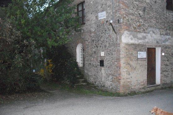 Montaperti - Chiesa di campagna posta alla fine di Via Martiri di Montaperti