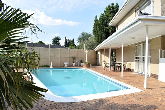 Benoni, South Africa: Crystal clear pool to cool off those hot summers or to just chill off