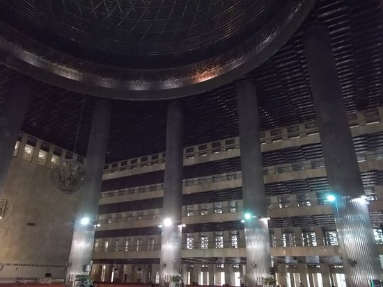 Mosquée d'Istiqlal : The multiple floors on one side seen from the 'main hall' on the second floor