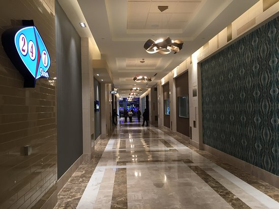 Monticello, NY: Main hallway leading to 24/7 and future dining options