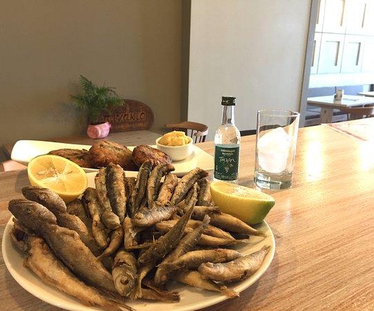 Κιάτο, Ελλάδα: Φρέσκο ψαράκι με ούζο ή τσίπουρο