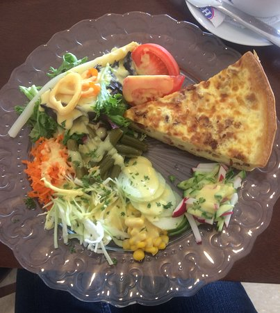 Wadena, Миннесота: Swiss Quiche with salad at Oma's Bread