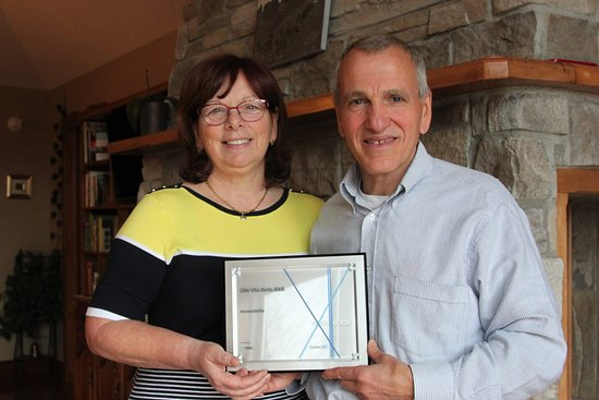 Saint-Adolphe-d'Howard, Canada: Hosts Tom and Line proudly displaying the Excellence in Tourism award