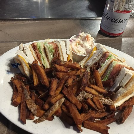 St. Stephen, Canada: We have a great selection of pub style eats full bar service.  Visit our quick service eatery/ta