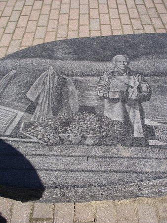 Newmarket, Nueva Hampshire: MARKET - SCHANDA PARK - COMMEMORATIVE GRANITE BENCH - CLOSE-UP OF ETCHING ON THE BENCH