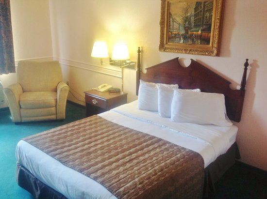Washington Court House, OH: One Queen Bed