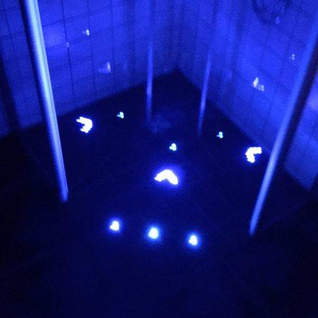 Ditzingen, Alemanha: Das blaue Licht in der Dusche ist witzig.