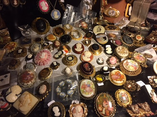 Galesburg, MI: Assortment of cameos and broaches