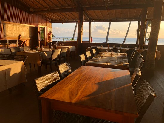 Beqa Island, فيجي: View from the bar towards the ocean within the dining area.