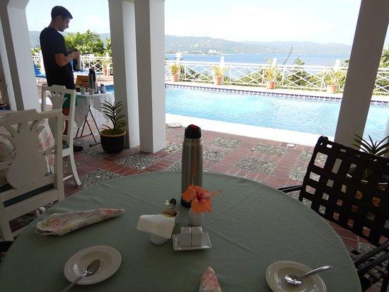 Polkerris Bed and Breakfast : Desayuno en el exterior con vista a la bahia