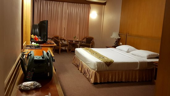 Silom Village Inn: spacious room with old worn out furniture