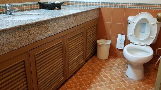 Silom Village Inn: spacious bathroom