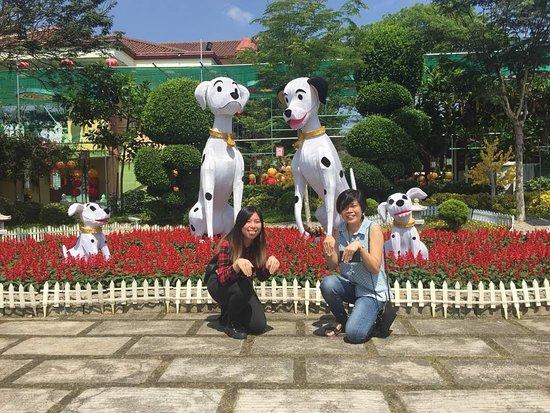 Jenjarom, Malásia: dog themed deco