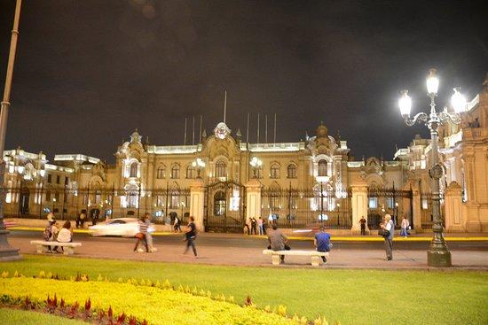 Presidential Palace (Palacio de Gobierno): At night