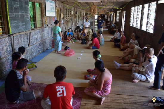 Lubok Antu, Malaysia: Visitors awaiting for the longhouse residents to begin their briefing session.
