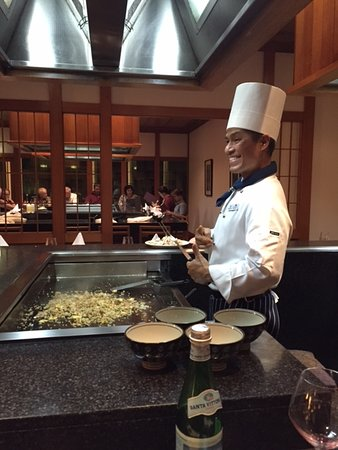 Benowa, Australia: Alex at the Teppanyaki table ... come join him. What a fantastic meal and great entertainment.