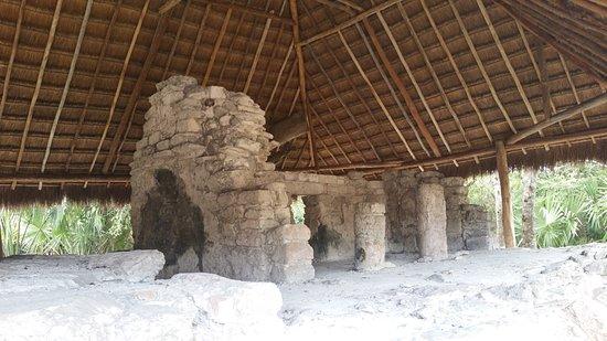 San Gervasio Mayan Archaeological Site: temple maya