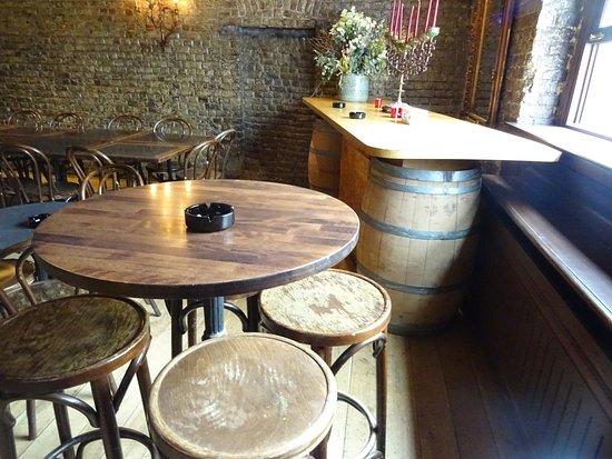 Le relais St-Job: ce restaurant possède une salle fumeur a part du restaurant