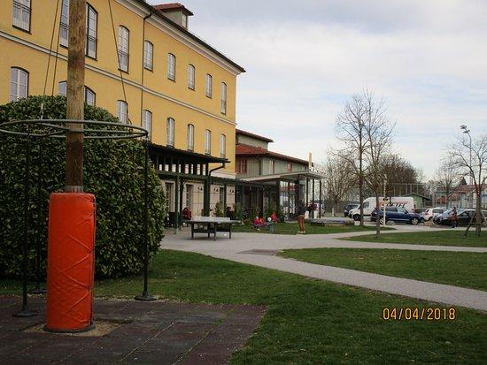 Furstenfeld, النمسا: Gartenbereich vor Haupteingang mit Kinderwippe, Tischtennistisch, Teller dreh schauel ...
