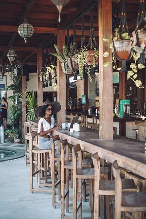 Pesona Indian Restaurant & Sheesha Lounge: Our standing bar is the perfect place to catch up on emails and watch the activity of Gili pass